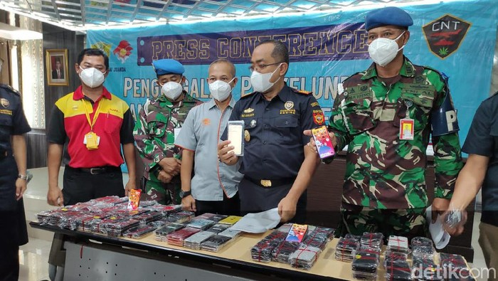 Bea Cukai dan Satgas PAM Lanudal Juanda menggagalkan upaya memasukan iPhone illegal dari Batam ke Surabaya, melalui Terminal 1 Bandara Juanda. Ada ratusan iPhone yang disita.