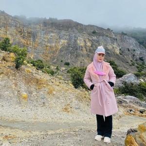 7 Foto Gaya April Jasmine Naik Gunung, Istri Ustaz Solmed Ini Bikin Salfok