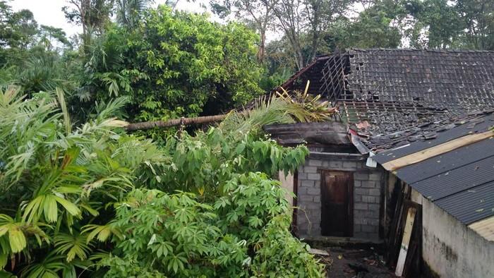 Dampak hujan disertai angin kencang yang terjadi di Sleman, Rabu (3/3/2021).