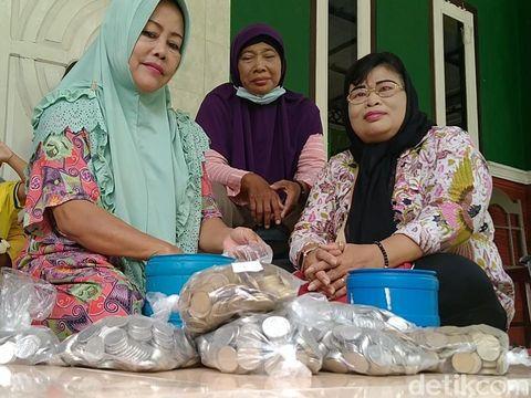 Emak-emak di Pemalang, Karmi (56), tekun menabung uang receh hingga terkumpul hampir Rp 40 juta, Rabu (3/3/2021).