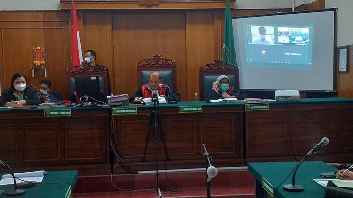 Febriansyah Puji Handoko (27), terdakwa pembobol data pribadi milik Denny Siregar divonis 8 bulan penjara. Majelis hakim menilai terdakwa telah terbukti melanggar Pasal 48 ayat 3 UU ITE.