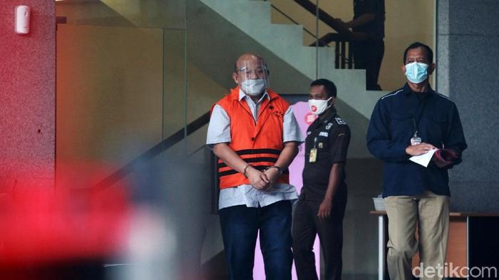 Tersangka korupsi, Direktur PT Raja Muda Indonesia Hengky Thiono berjalan menuju mobil tahanan seusai menjalani pemeriksaan, di gedung KPK, Jakarta, Rabu (3/3/2021).