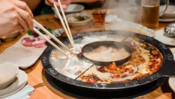 Restoran Hot Pot Mendadak Jadi Favorit, Pelayannya Para Model Tampan dan Kekar