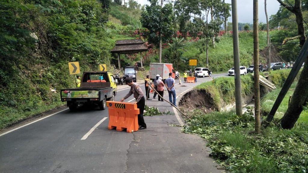 Bahu Jalan di Malang Ambles, Jalur Batu-Kediri Dibuka Tutup