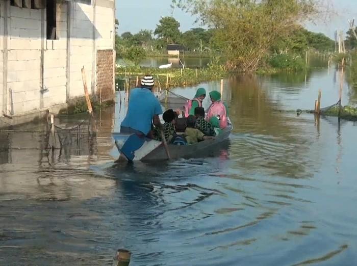 Jika biasanya pelajar memanfaatkan sepeda untuk berangkat sekolah, lain yang dilakukan oleh pelajar Lamongan ini. Banjir membuat pelajar Lamongan ini memanfaatkan perahu untuk berangkat sekolah.