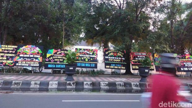 Karangan bunga 'patah hati' di Rujab Gubernur Sulsel.