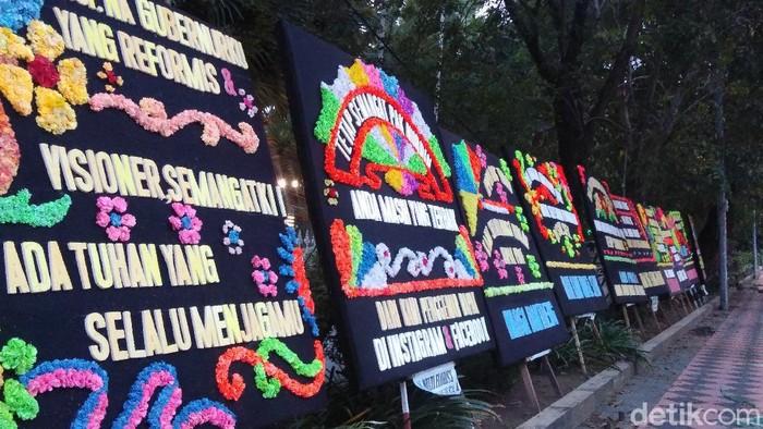 Karangan bunga patah hati di Rujab Gubernur Sulsel.
