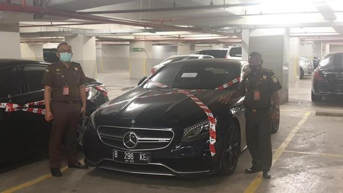 Salah satu mobil mewah milik Jimmy Sutopo yang disita Kejagung.