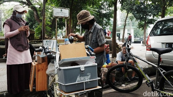 Angga Gilang Ramadhan menjual kopi dari biji kopi pilihan asal Bandung, Jakarta hingga Etiophia.