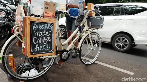 Jenis kopi dan non-kopi yang disajikan pun terbilang sama dengan kafe-kafe pada umumnya. Ada Japanese, V20, Greentea, Thai tea, Coklat dan masih banyak lagi.