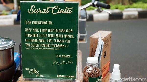 Dalam melakukan penjualan, Angga tidak menyediakan gula tambahan untuk kopi seduh manual.