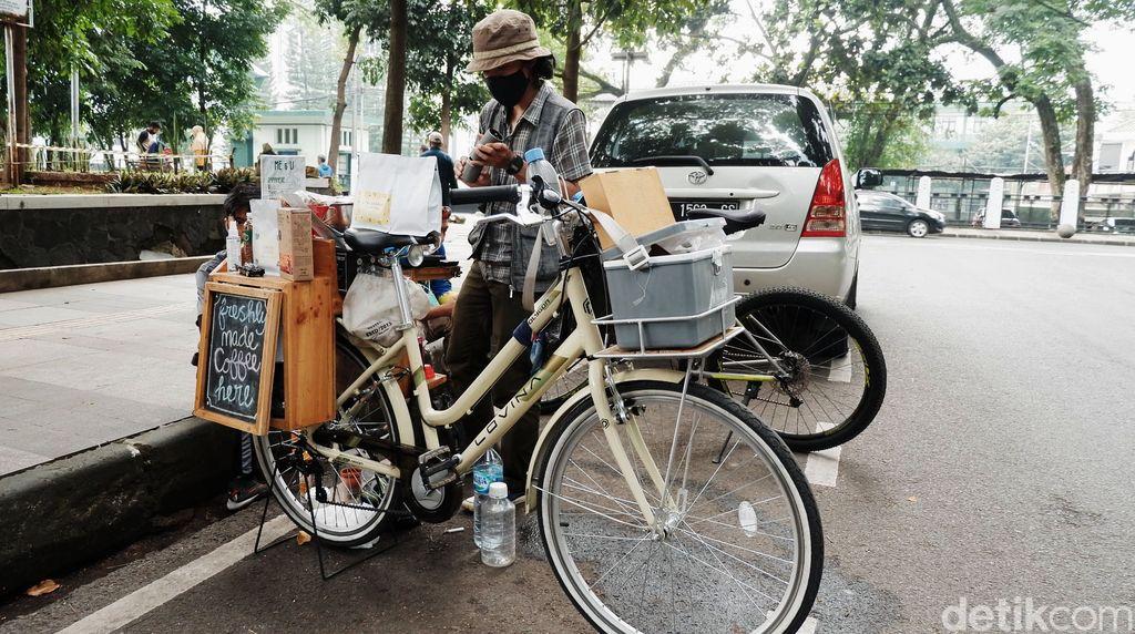 Menikmati seduhan kopi manual brew di kafe mungkin sudah biasa, tapi berbeda dengan kedai kopi di Bandung ini. Sepeda kopi atau yang biasa disebut Starling (Starbike Keliling) atau Coffee Bike ini bukan menjual kopi sachet, melainkan kopi dari biji kopi pilihan asal Bandung, Jakarta hingga Etiophia.