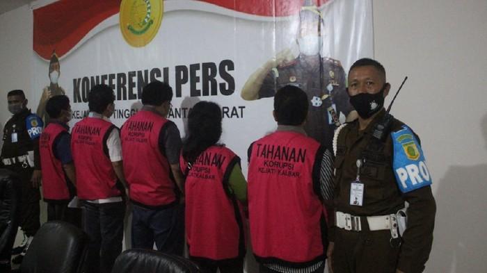 Kejati Kalbar tahan 5 tersangka kasus dugaan korupsi penanaman kelapa sawit di PTPN XIII (dok Kejati Kalbar)