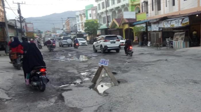 Kerusakan di Jl Sirandorung, Rantauprapat, Labuhanbatu (Ahmad FIM-detikcom)