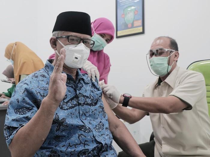 Ketua Umum Pimpinan Pusat Muhammadiyah Haedar Nashir disuntik vaksin Corona di RS PKU Yogyakarta, Rabu (3/3/2021).