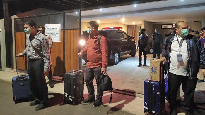 KPK membawa 3 koper usai menggeledah rumah Andreau Pribadi Misanta, di Cilandak, Jaksel, Rabu (3/3/2021).