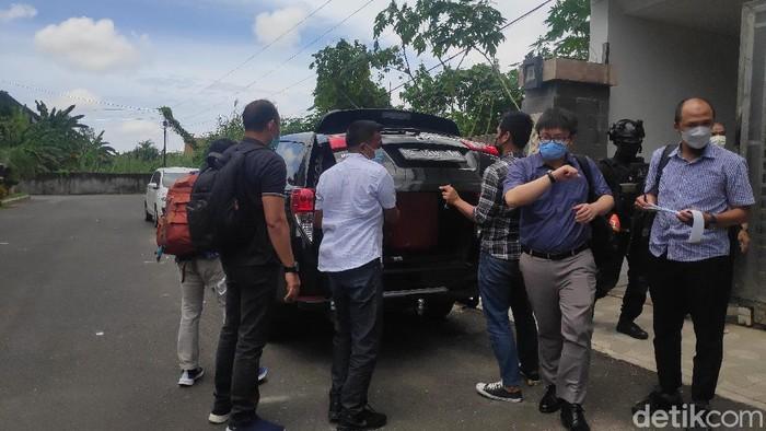 KPK amankan barang bukti diduga terkait OTT Gubernur Sulsel nonaktif Nurdin Abdullah dari kediaman pengusaha Agung Sucipto (Taufiq/detikcom).