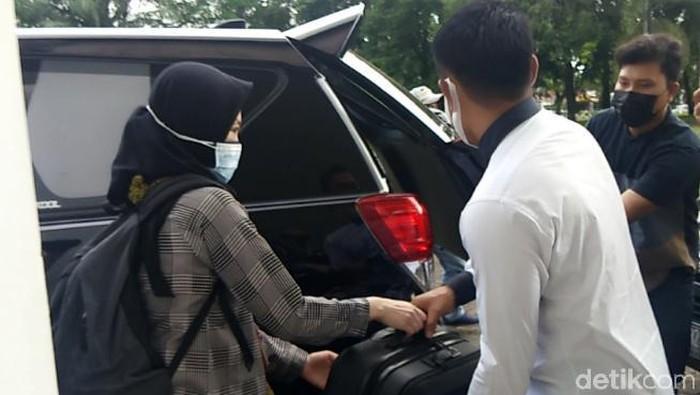 KPK mengamankan dokumen diduga terkait OTT Nurdin Abdullah dari Kantor Gubernur Sulsel (Hermawan/detikcom).
