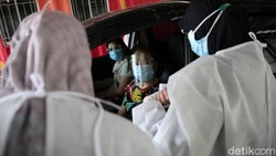 Layanan vaksinasi COVID-19 drive thru kini menyasar para lansia. Aktivitas tersebut dilakukan di PPK Kemayoran, Jakarta.