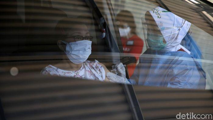 Layanan vaksinasi COVID-19 kini menyasar para lansia. Aktivitas tersebut dilakukan di PPK Kemayoran, Jakarta.