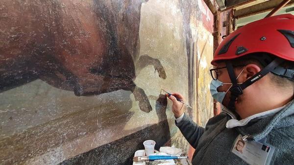 Para ahli sukses merestorasi lukisan dinding ini berkat bantuan teknologi laser yang canggih. Diperkirakan lukisan dinding ini berasal dari sekitar abad 2 sebelum Masehi.