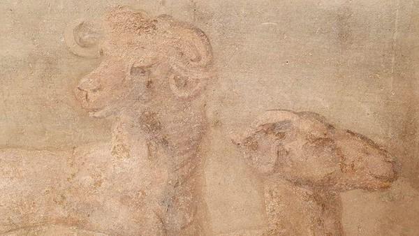 Ada juga gambar kuil, patung dan hewan-hewan di delta Sungai Nil. Menurut Massimo Osanna, Direktur Archeological Park of Pompeii, lukisan itu menunjukkan bagaimana ketertarikan pemilik rumah terhadap dunia Mesir dan dewi Isis.