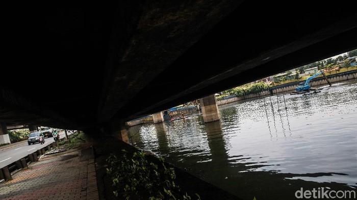 Lumpur di Waduk Grogol dikeruk petugas. Pengerukan dilakukan untuk menambah daya tampung air saat musim hujan.