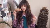 Manisnya Hyunjoo Eks APRIL Saat Makan Pizza dan Nongkrong di Kafe