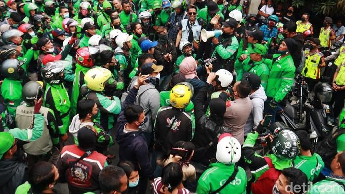 Massa driver ojek online (ojol) mendatangi markas Satpol PP Kota Bandung di Jalan Dalem Kaum, Rabu (3/3/2021) sore. Kedatangan mereka bermaksud untuk mencari keadilan terkait oknum petugas Satpol yang diduga memukul seorang driver ojol. Keributan dua belah pihak itu awalnya dipicu pencuri celana yang beraksi di sebuah mal.