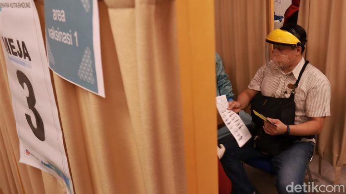 Sejumlah pedagang di Bandung menjalani vaksinasi COVID-19 hari ini. Vaksinasi COVID-19 dilaksanakan di mal dan toko swalayan di Kota Bandung.