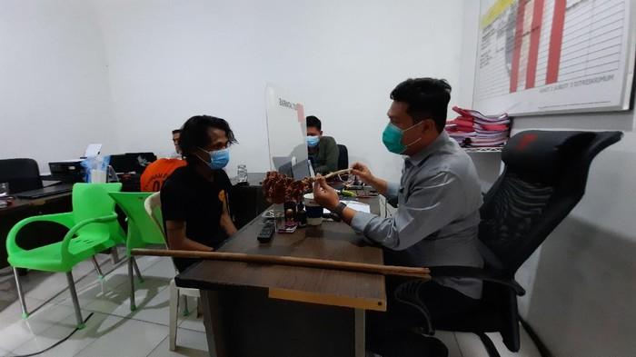 Seorang pria di Palembang ditangkap polisi karena mencuri ponsel tetangganya. Sebelum beraksi, pelaku mengkonsumsi sabu terlebih dahulu. (Prima/detikcom)