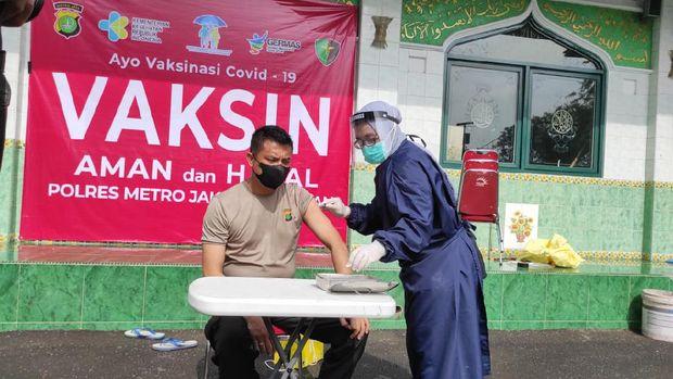 Pelaksanaan vaksinasi COVID-19 di Polres Jaksel, Rabu (3/3/2021).