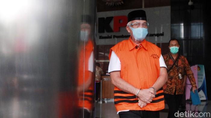 Bupati nonaktif Banggai Laut, Sulawesi Tengah,  Wenny Bukamo menuju mobil tahanan di Gedung KPK, Jakarta, Selasa (3/3/2021) usai menjalani pemeriksaan. Wenny Bukamo diperiksa KPK dalam perkara dugaan penerimaan suap pengadaan barang dan jasa di lingkungan Pemkab Banggai Laut Tahun Anggaran 2020.