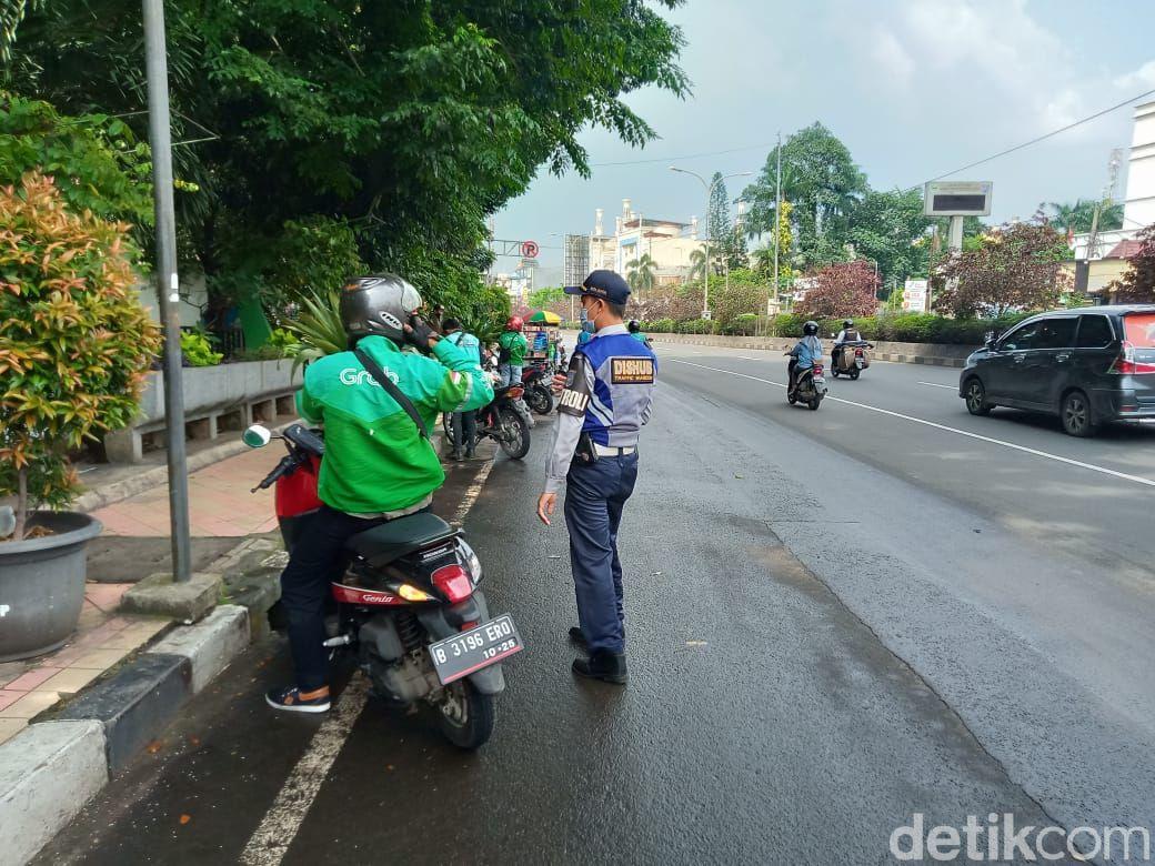 Penertiban JPO dekat Kantor Walko Depok serta Jl Margonda Raya oleh Dishub Depok. (Dok Dishub Depok)