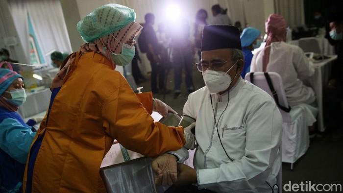 Petugas menyuntikan vaksin Covid-19 untuk para ulama, dewan pimpinan, serta pengurus Majelis Ulama Indonesia (MUI) Pusat di Jakarta, Rabu (3/3/2021).