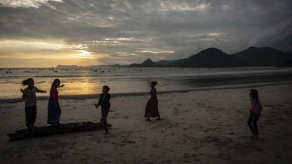 Pantai Selong Belanak jadi salah satu pantai yang tak boleh dilewatkan saat berkunjung ke Lombok Tengah, Nusa Tenggara Barat.