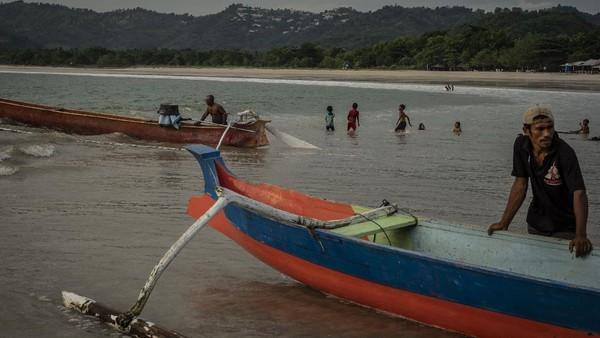 Di sana, wisatawan pun dapat menyewa perahu nelayan setempat untuk memancing. Aktivitas warga setempat yang sehari-hari bekerja sebagai nelayan pun menjadi pemandangan menarik saat berkunjung ke pantai tersebut.
