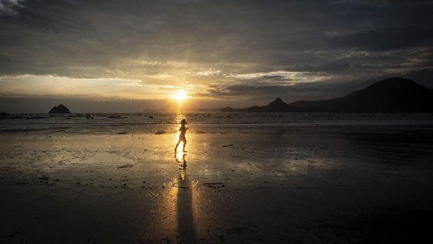 Satu lagi pantai yang tak boleh dilewatkan saat berkunjung ke Lombok, yaitu Pantai Selong Belanak yang punya beragam 'harta karun' bagi para wisatawan.
