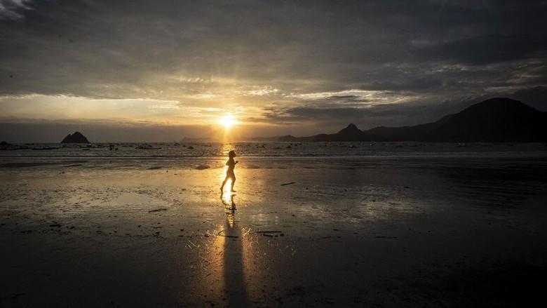 Satu lagi pantai yang tak boleh dilewatkan saat berkunjung ke Lombok, yaitu Pantai Selong Belanak yang punya beragam harta karun bagi para wisatawan.