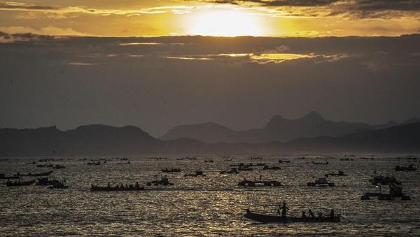 Suasana matahari terbenam di Pantai Selong Belanak, Lombok Tengah, Nusa Tenggara Barat, Selasa (2/3/2021).