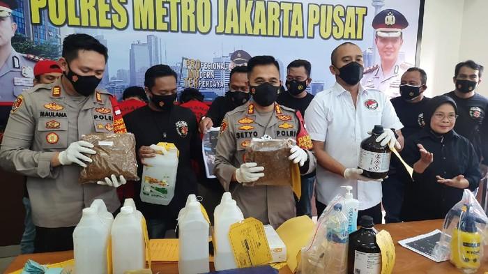 Polsek Sawah Besar membongkar pabrik rumahan ganja sintetis di Kembangan, Jakbar.