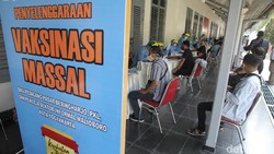 Sebanyak 4.410 pekerja hotel dan restoran di Yogyakarta mengikuti vaksinasi COVID-19 di Museum Benteng Vredeburg, Yogyakarta.