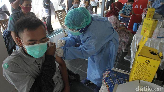 Para pekerja hotel dan restoran di Kota Yogyakarta mengikuti vaksinasi COVID-19 yang berlangsung di Museum Benteng Vredeburg, Yogyakarta, Rabu (3/3/2021).