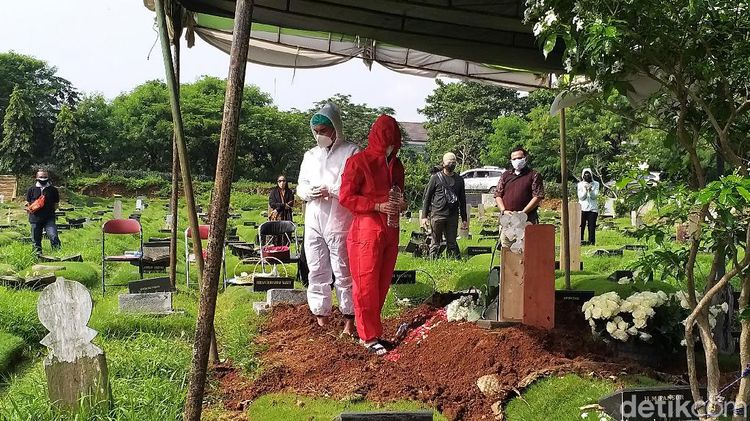 Teddy Syah Pakai APD saat Tabur Bunga di Makam Rina Gunawan