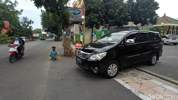 Keterbatasan fisik tak membuat Agus pasrah dan putus asa. Pria di Kabupaten Kudus, Jateng, itu semangat bekerja jadi juru parkir meski tak memiliki kedua kaki.