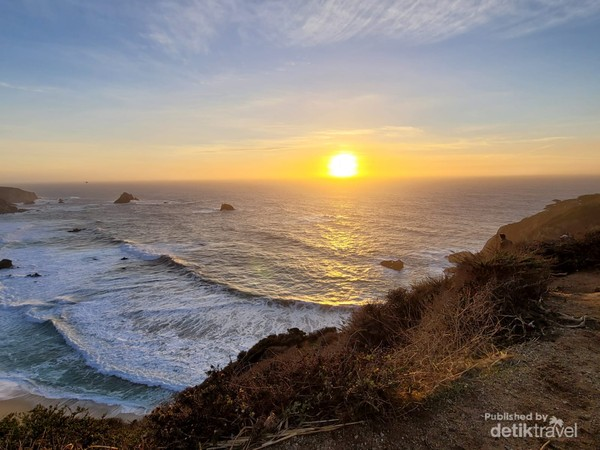 Sunset dengan latar Samudera Pasifik