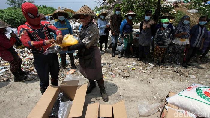 Ada yang berbeda dari aktivitas di TPA Mojorejo, Sukorharjo, Jawa Tengah. Spiderman terlihat membagikan bingkisan untuk para pemulung. Penasaran?