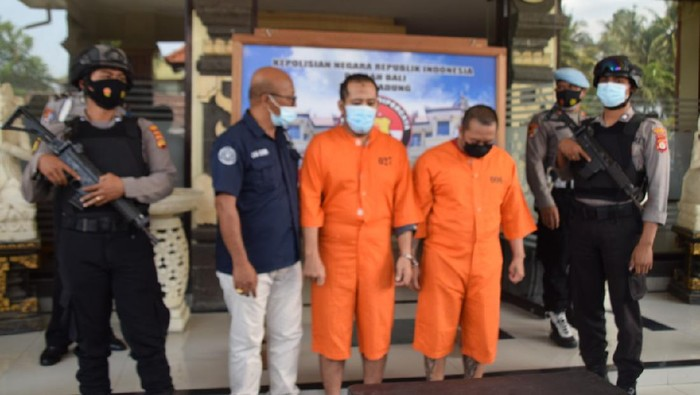 Tersangka Wibi Aridiyo Samodro (tengah) ditangkap Polres Badung karena mencuri sepeda motor WNA