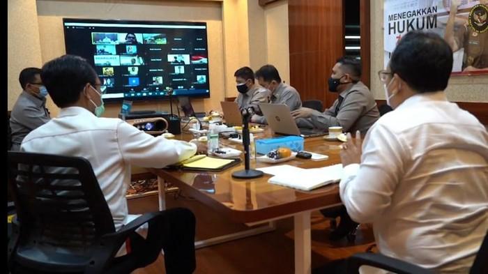 Tim Kajian UU ITE saat temu virtual dengan Bintang Emon-Baiq Nuril (Foto: Tangkapan layar YouTube Kemenko Polhukam)