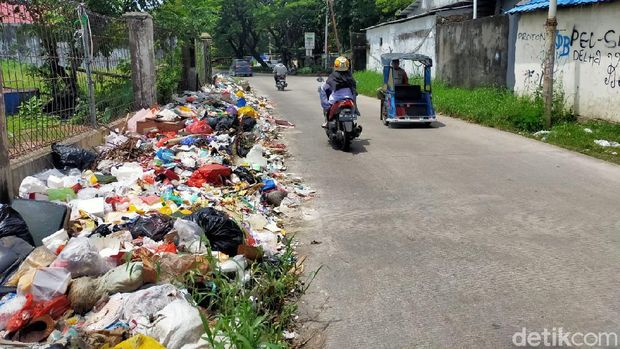 Tumpukan sampah yang jorok di Jalan Nikel Raya, Makassar.